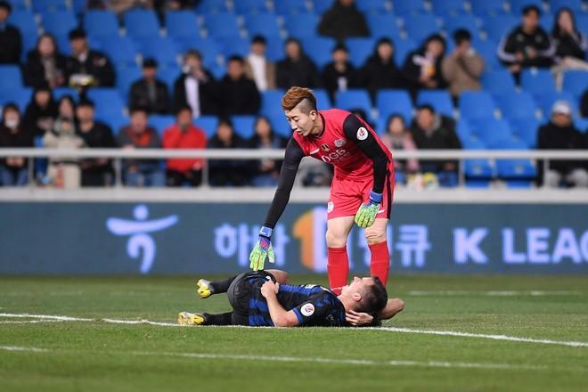 Mugosa đau đớn rời sân trong trận thua Daegu FC