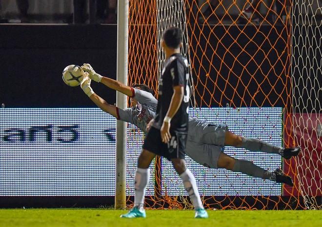 Văn Lâm vào lưới nhặt bóng đến mỏi tay trong những trận vừa qua của Muangthong Utd