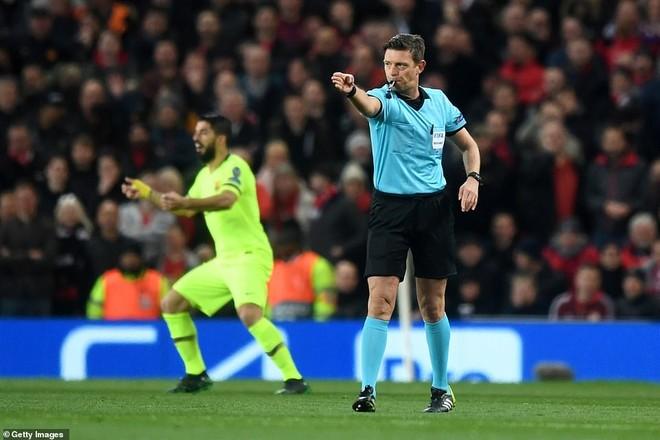 Trọng tài chính công nhận bàn thắng của Barca sau khi tham khảo VAR