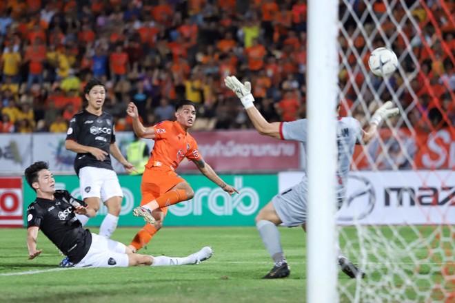 Phần lớn các trận đấu của Đặng Văn Lâm ở Muangthong Utd luôn chật kín CĐV