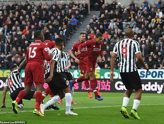 Van Dijk mở tỉ số cho đội khách từ sớm