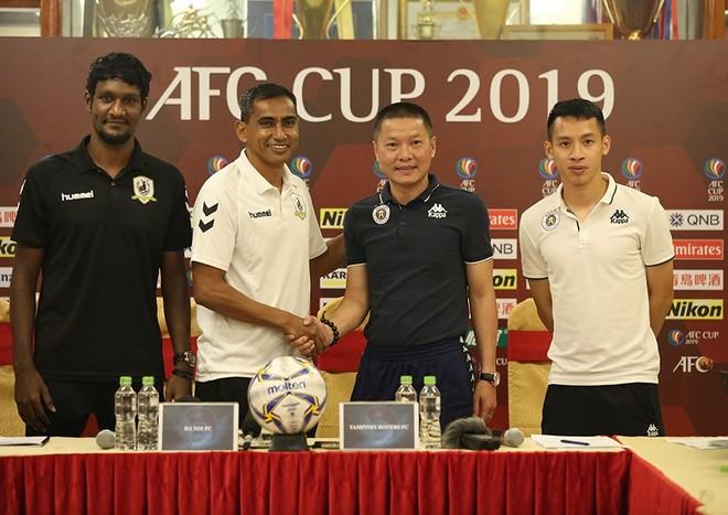 HLV hai đội Hà Nội FC (từ hai từ phải qua) và Tampines Rovers trong buổi họp báo trước trận chiều 14-5