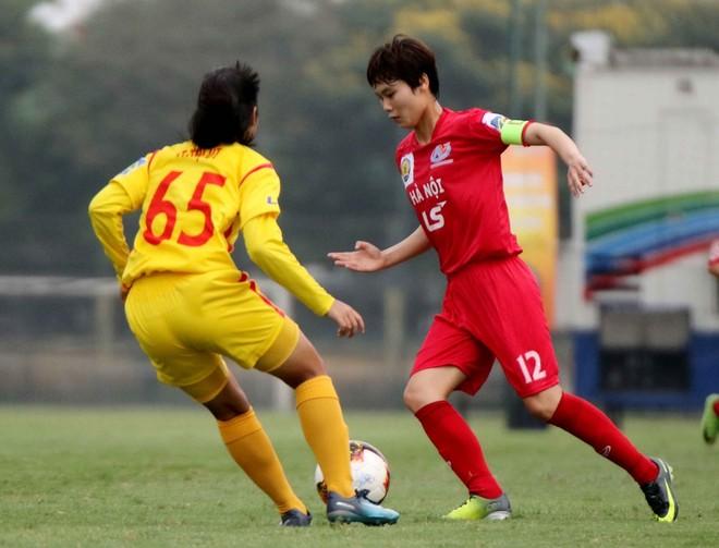 Hà Nội (phải) đang hướng tới ngôi vô địch cúp Quốc gia - LS Cup 2019