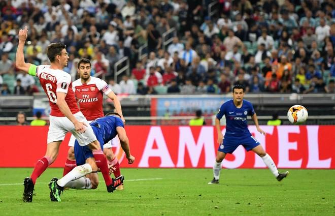 Giroud mở tỉ số cho Chelsea bằng tình huống sở trường