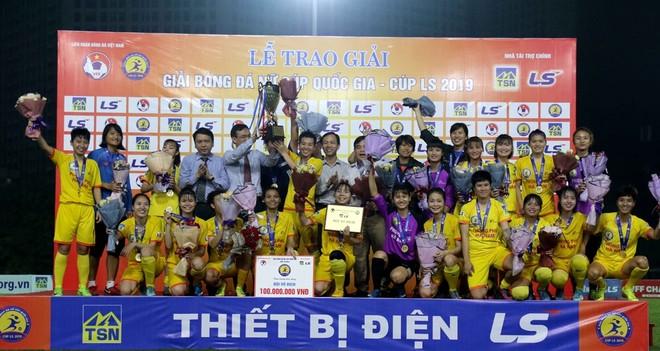 Niềm hân hoan của Phong Phú Hà Nam khi nhận cúp vô địch