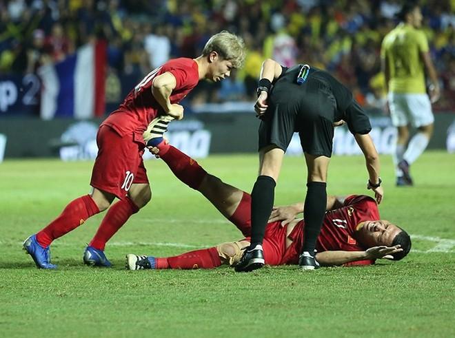 Anh Đức bị đau sau khi ghi bàn chứ không phải câu giờ