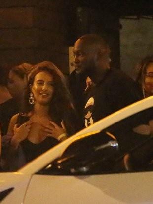 Lukaku trông không hề hứng thú khi bị gái lạ đeo bám