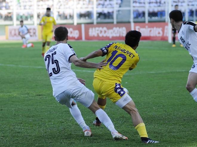 Văn Quyết (phải) một lần nữa là người hùng của Hà Nội FC
