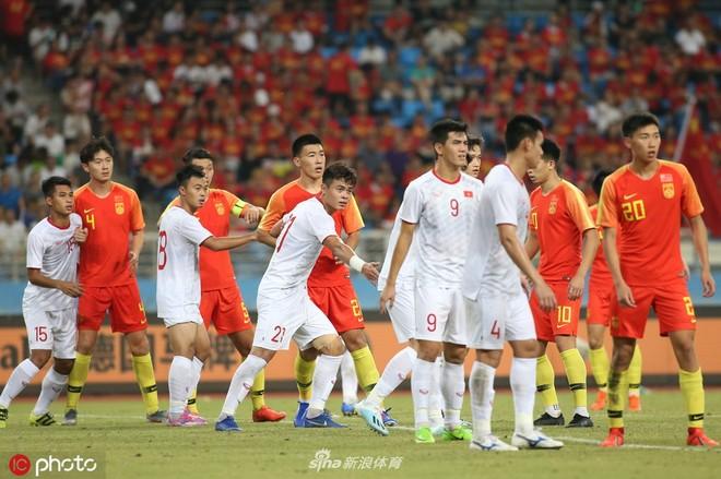 U22 Việt Nam (trắng) đã cho thấy sự nhỉnh hơn rõ nét so với U22 Trung Quốc (Ảnh: Sina)