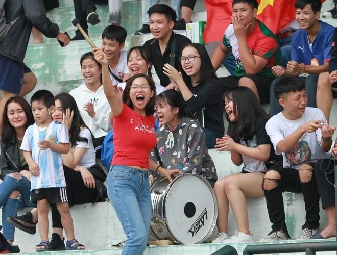 """Những CĐV cuồng nhiệt và văn minh là một """"đặc sản"""" của giải bóng đá học sinh THPT Hà Nội - Báo An ninh Thủ đô"""