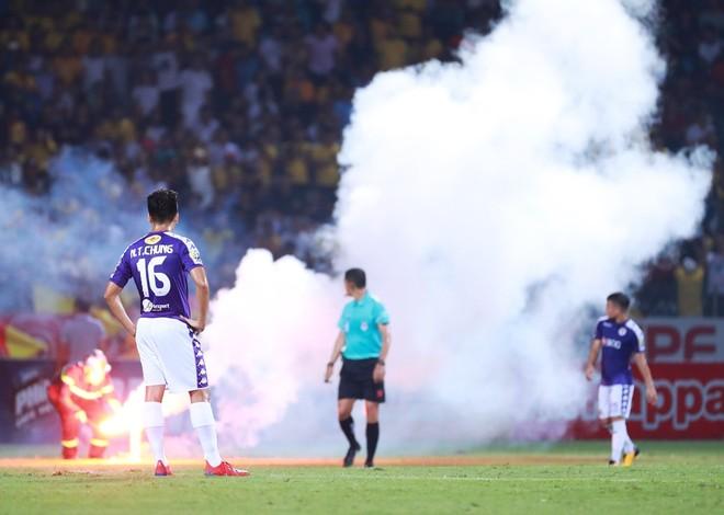 Pháo sáng một lần nữa để lại hình ảnh xấu xí cho bóng đá Việt Nam
