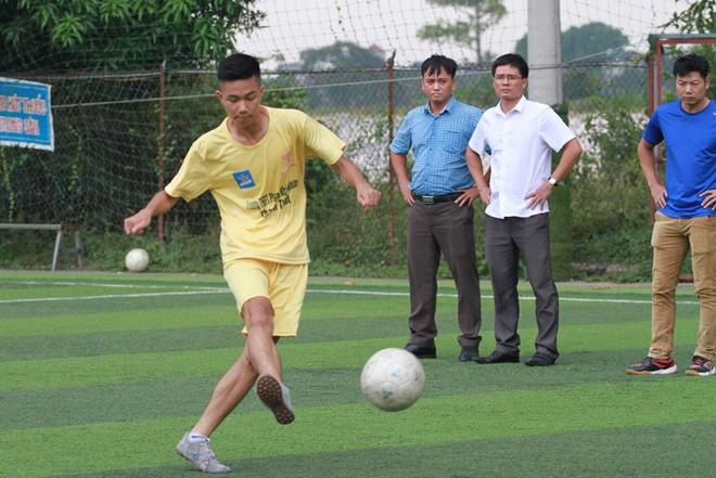 Ban Giám hiệu THPT Phùng Khắc Khoan luôn dành sự quan tâm đặc biệt cho đội bóng