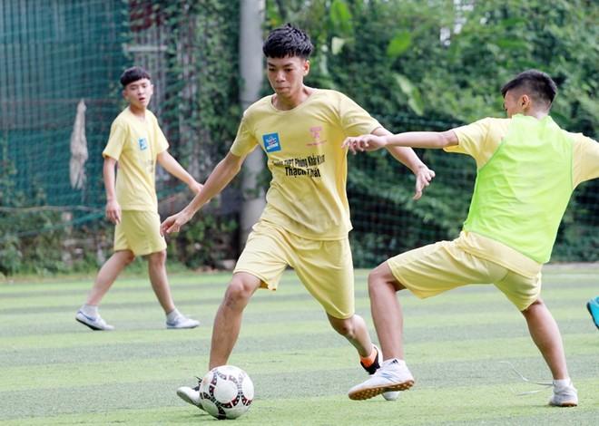 Các cầu thủ trường Phùng Khắc Khoan hăng say luyện tập trước mùa giải mới