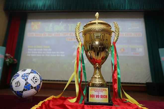 Chiếc cúp vô địch xuất hiện trong lễ bốc thăm mùa giải 2018