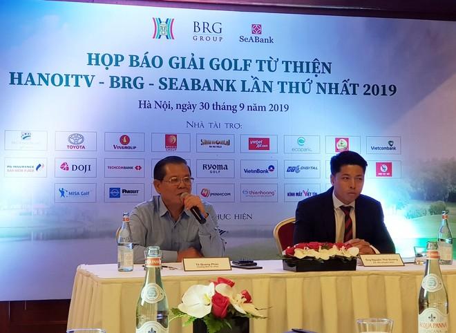 Ông Tô Quang Phán - Chủ tịch Hội Nhà báo Hà Nội, Tổng Giám đốc Đài PTTH Hà Nội, Trưởng Ban tổ chức giải (trái) phát biểu tại họp báo