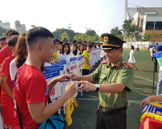 Thiếu tướng Đoàn Ngọc Hùng - Phó Giám đốc CATP Hà Nội tặng cờ lưu niệm cho các đội dự giải