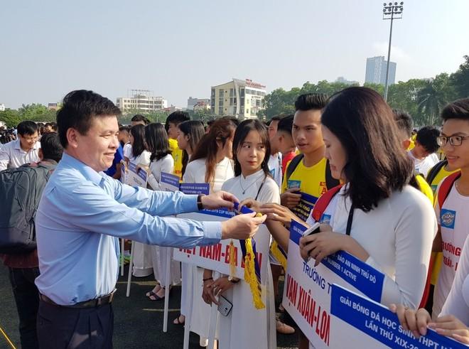 Ông Trần Xuân Hà - Phó trưởng Ban Tuyên giáo Thành ủy Hà Nội tặng cờ lưu niệm cho các đội