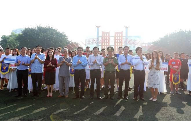 Ban Tổ chức cùng đại diện Nhà tài trợ và các vị khách quý chụp ảnh lưu niệm tại lễ khai mạc giải