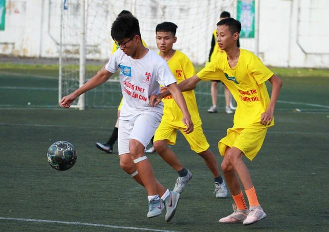 THPT Lương Văn Can (trái) gây ấn tượng mạnh mẽ