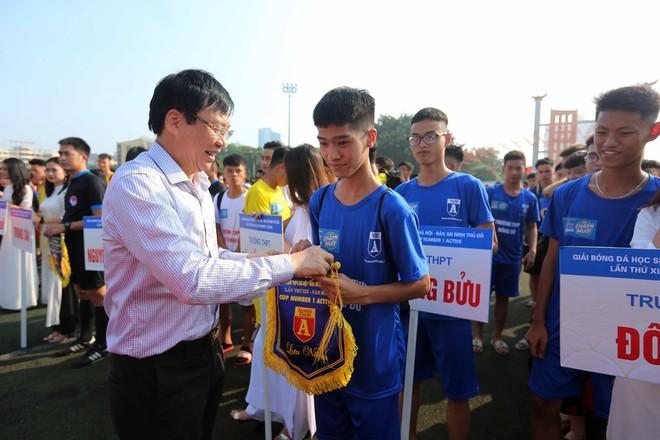 Ông Hồ Quang Lợi - Phó Chủ tịch thường trực Hội Nhà báo Việt Nam trao cờ lưu niệm cho các VĐV dự giải