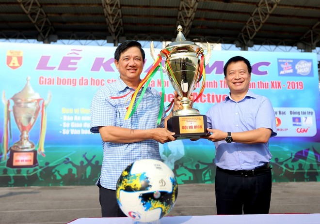 Ông Phạm Xuân Tiến - Phó Giám đốc Sở GD-ĐT Hà Nội (bên trái) trao tượng trưng chiếc cúp vô địch mùa giải 2019 cho ông Nguyễn Thanh Bình - Tổng Biên tập Báo An ninh Thủ đô, Trưởng BTC giải