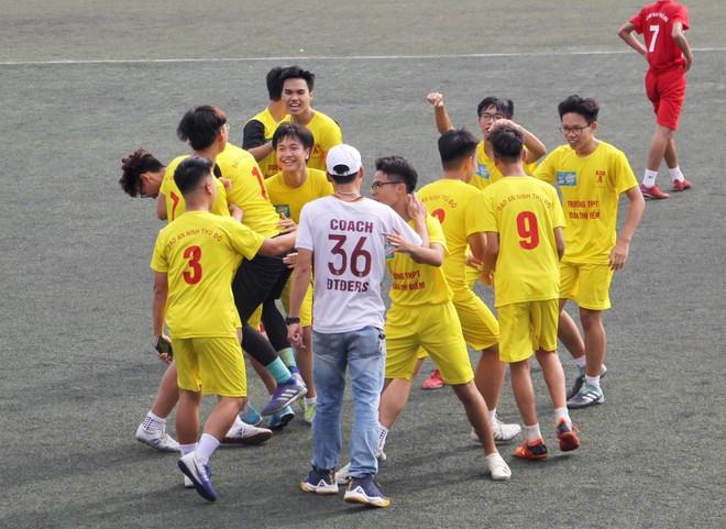 Thầy trò đội bóng áo vàng để lại nhiều hình ảnh đẹp tại giải