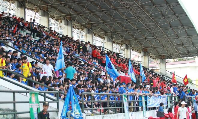 Các CĐV phủ kín khán đài sân Tây Hồ trong trận chung kết