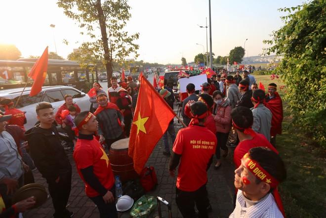 Các CĐV háo hức đón đội tuyển U22 bên ngoài sân bay Nội Bài
