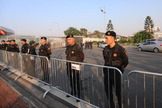 Lực lượng an ninh làm nhiệm vụ bên ngoài sảnh VIP sân bay Nội Bài, nơi đội tuyển nữ và U22 Việt Nam sẽ được nhập cảnh đặc biệt