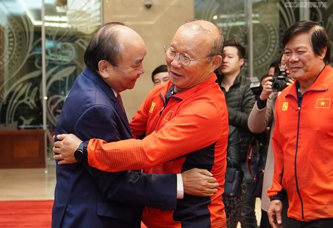 Thủ tướng Nguyễn Xuân Phúc (bên trái) và HLV Park Hang-seo (Ảnh: Chính phủ)