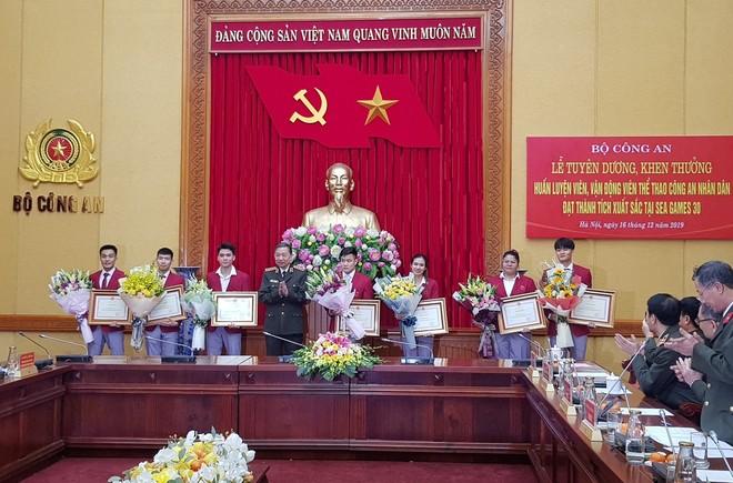 Đại tướng Tô Lâm - Ủy viên Bộ Chính trị - Bộ trưởng Bộ Công an (thứ tư từ trái qua) tuyên dương các VĐV CAND giành thành tích xuất sắc ở SEA Games 30