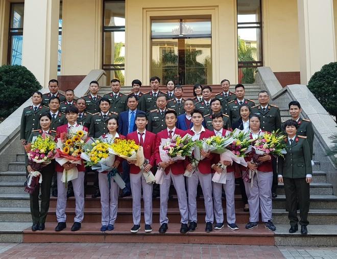 Đại tướng Tô Lâm chụp ảnh lưu niệm cùng lãnh đạo Bộ Văn hóa - Thể thao & Du lịch, Tổng cục TDTT và các VĐV, HLV Công an giành thành tích cao ở SEA Games 30