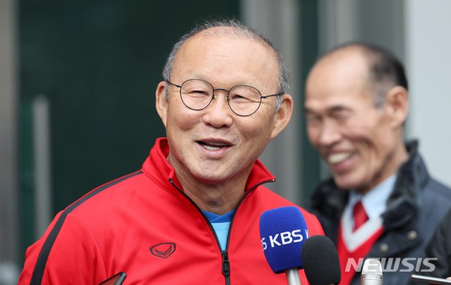 Thầy Park tự tin và thoải mái trả lời báo chí quê nhà