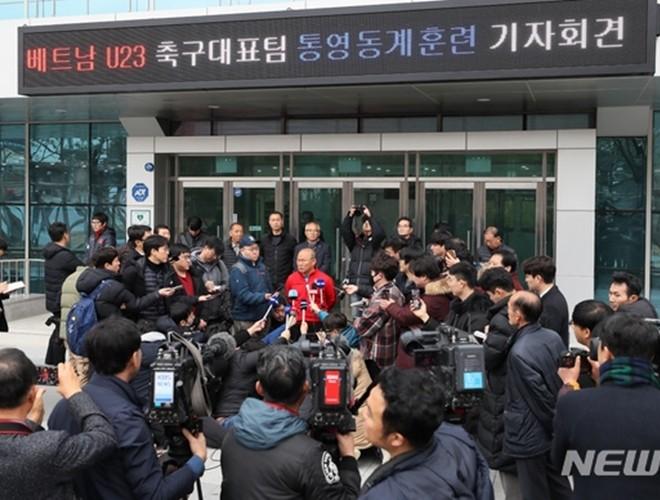 HLV Park Hang-seo được đông đảo phóng viên Hàn Quốc vây kín