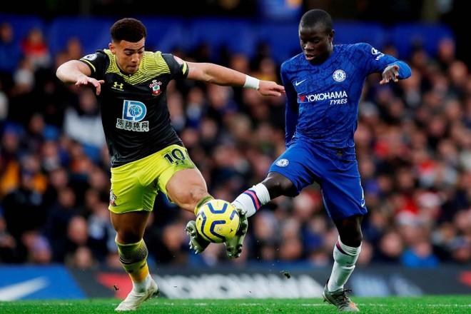 Chelsea (phải) đang là một trong những đội bất ổn định nhất Premier League