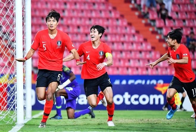 Jeong Tae-wook (trái) ghi bàn thắng quý như vàng cho U23 Hàn Quốc