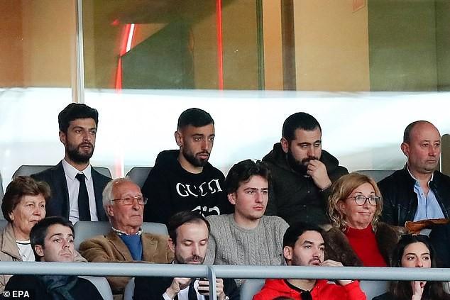 Bruno Fernandes (hàng trên, thứ hai từ trái qua) dự khán trận đấu của CLB cũ Sporting Lisbon