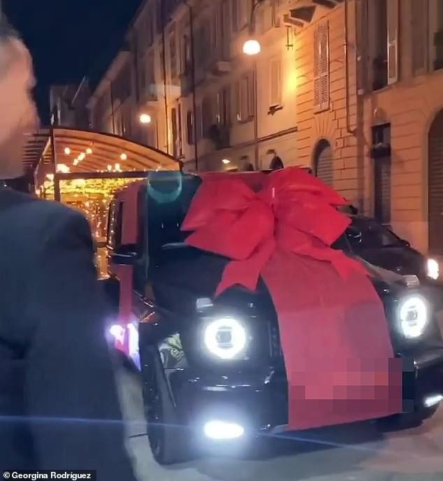 Chiếc siêu xe là món quà sinh nhật mà Georgina dành tặng Ronaldo