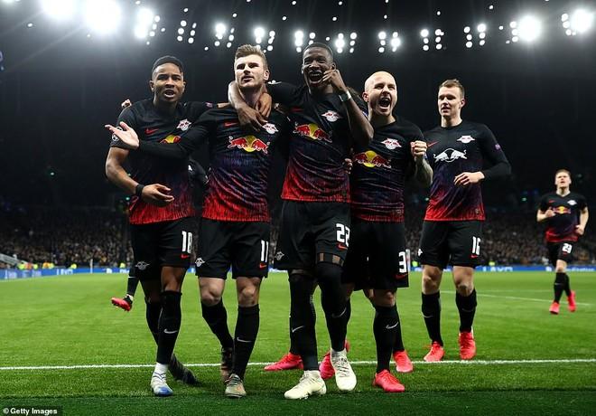 Timo Werner (thứ hai từ trái qua) và đồng đội ăn mừng sau khi ghi bàn