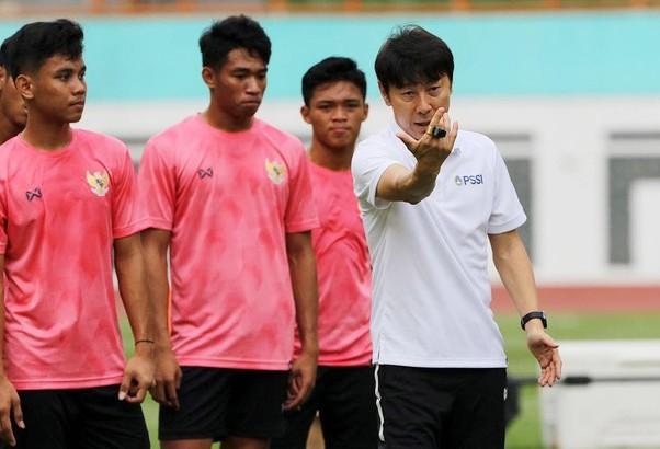 HLV Shin Tae-yong chê phu phàng cầu thủ Indonesia