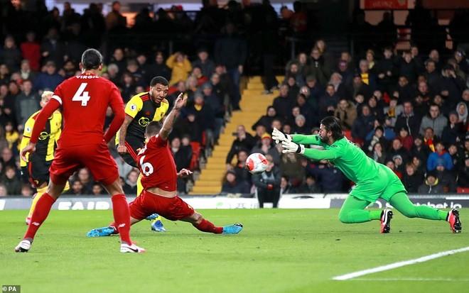 Liverpool (đỏ) chịu cú sốc đầu tiên ở mùa giải năm nay