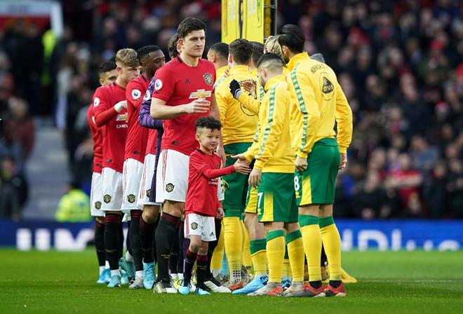Cầu thủ hai đội sẽ không được bắt tay nhau trước, trong và sau trận đấu