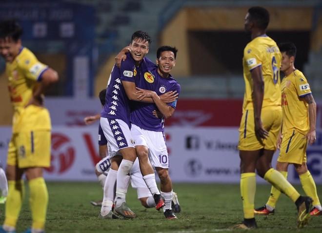 Hà Nội FC để Nam Định chọc thủng lưới 2 lần, nhưng vẫn có được chiến thắng cuối cùng (Ảnh: Vũ Vy)