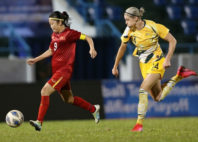 Huỳnh Như (trái) ghi bàn cho nữ Việt Nam vào lưới Australia (Ảnh: Vũ Vy)