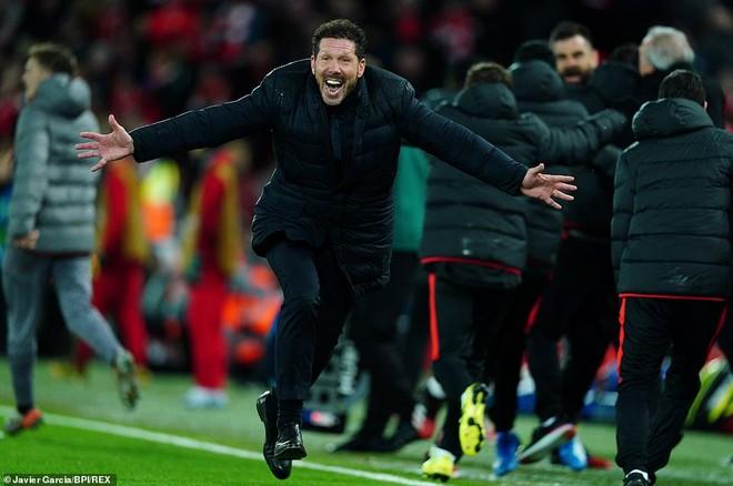 HLV Diego Simeone ăn mừng chiến thắng