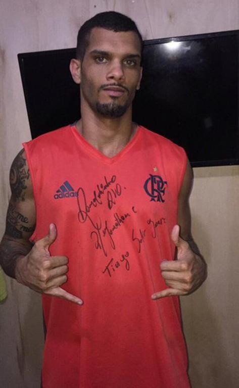 Một phạm nhân khoe áo có chữ ký của Ronaldinho