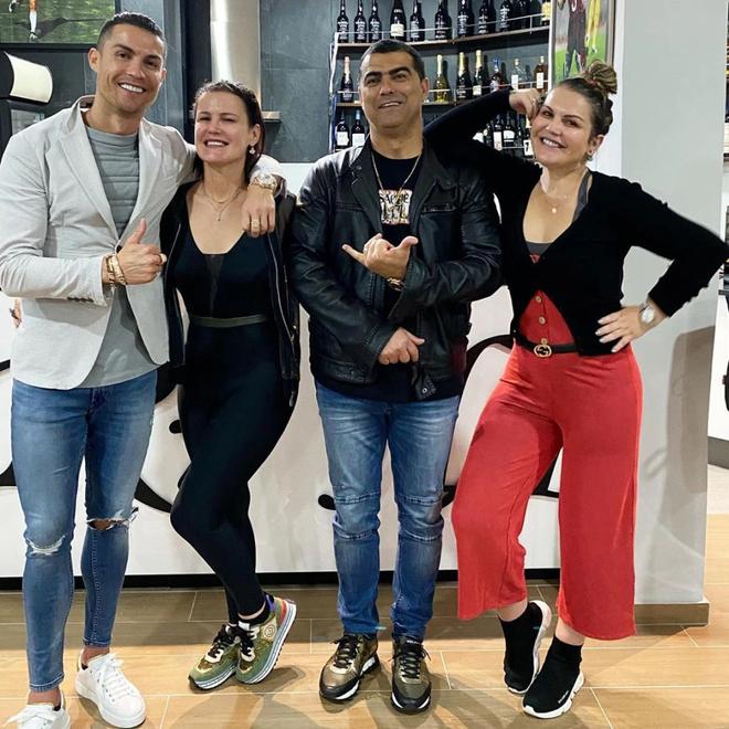 Ronaldo cùng hai chị gái và anh trai
