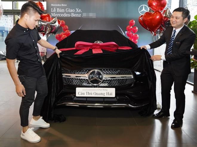 Quang Hải (trái) hồi hộp nhận xe mới (Ảnh: FB)