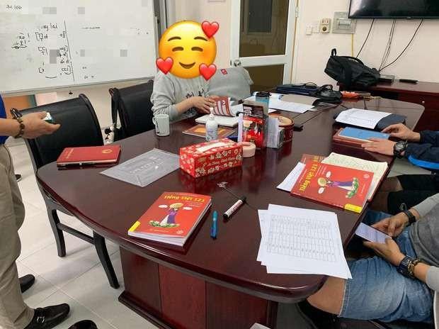 """Những cuốn sách """"Tiếng Việt cho người Hàn Quốc"""" trên bàn của thầy Park"""