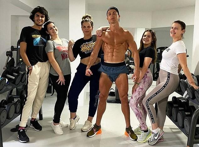 Ronaldo khoe cơ bắp bên cạnh những người thân